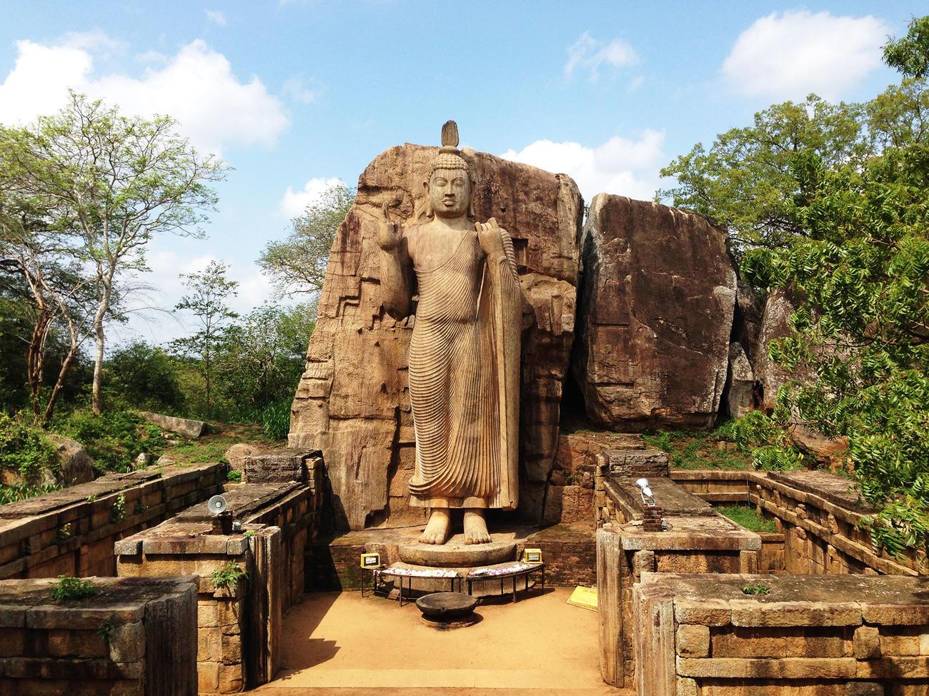 Visit the Aukana Budda near Kekirawa